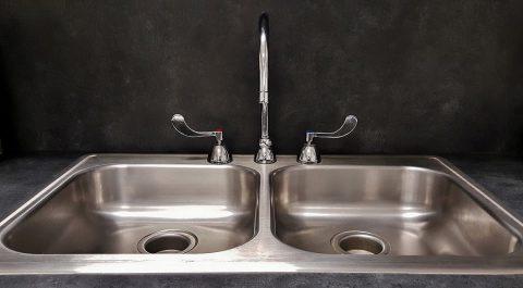 Comment entretenir les différents matériaux sanitaires ?